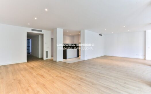 Renovated apartment overlooking Via Augusta with parking